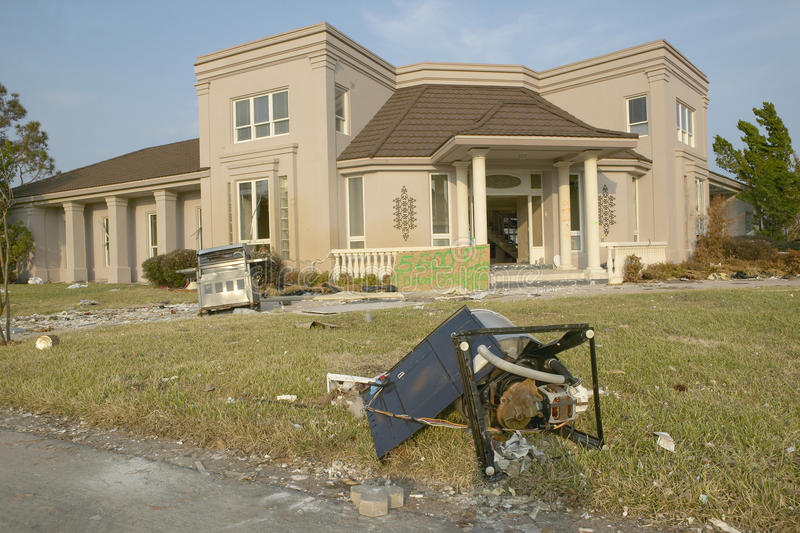 Твердые частицы перед домом тяжело ударили ураганом Иваном в Pensacola Флориде стоковое фото rf