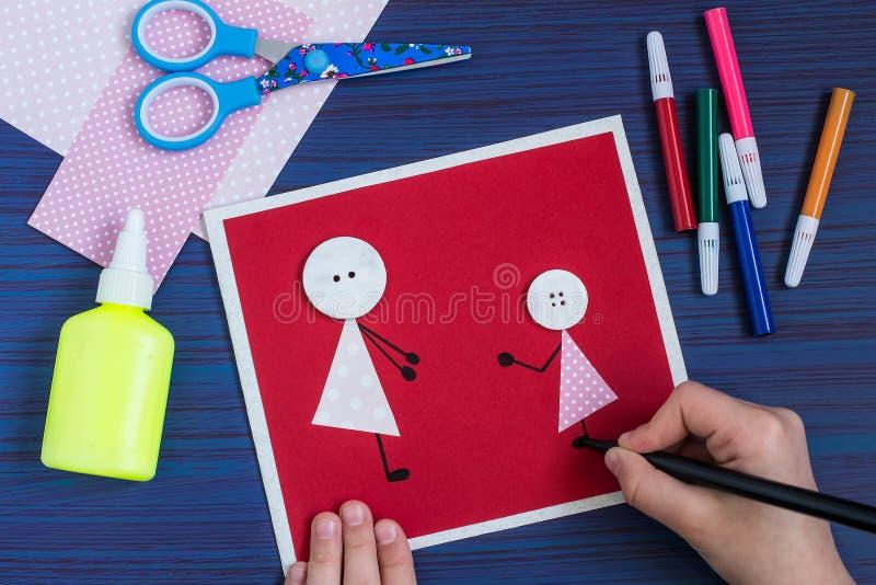 Творение поздравительная открытка на день ` s матери ребенком шаг стоковое фото