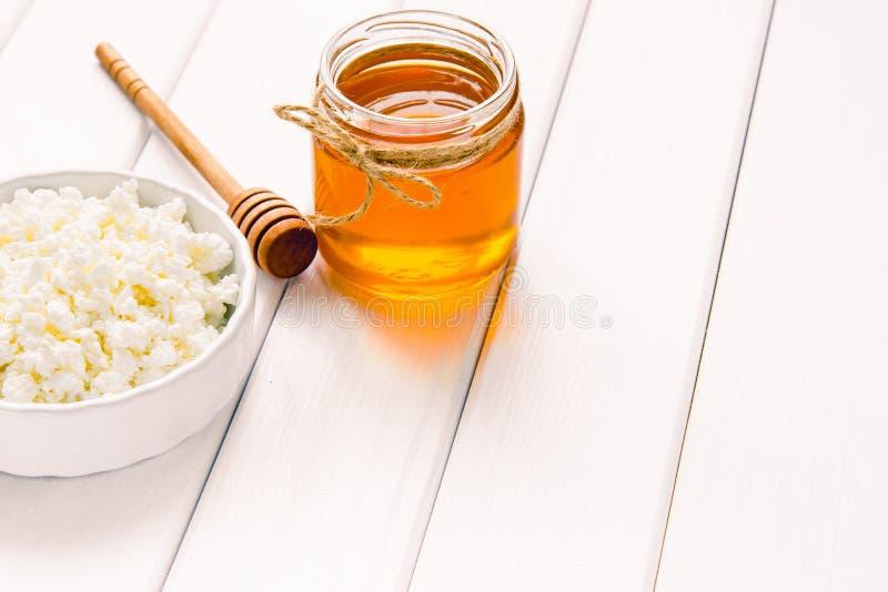 Творог молока с медом на белом деревянном столе Изображение селективного фокуса Copyspace для вашего текста стоковое фото rf
