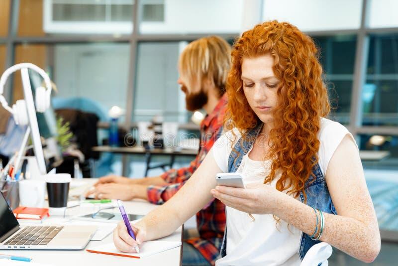 Творческая бизнес-леди в офисе стоковые фото
