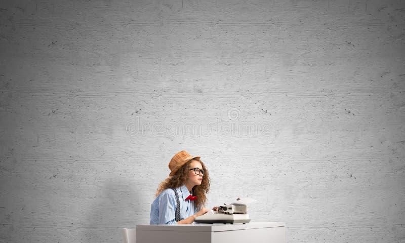 Творческая воодушевленность молодого женского писателя стоковые изображения