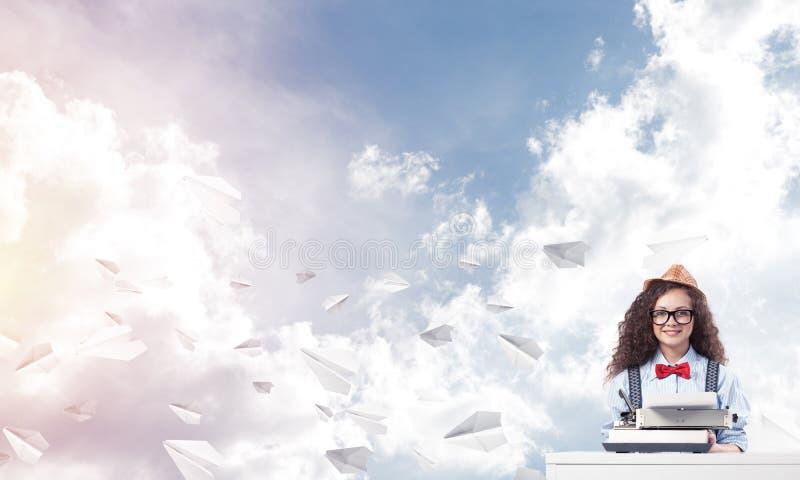 Творческая воодушевленность молодого женского писателя стоковое фото rf