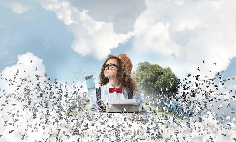 Творческая воодушевленность молодого женского писателя стоковые изображения rf