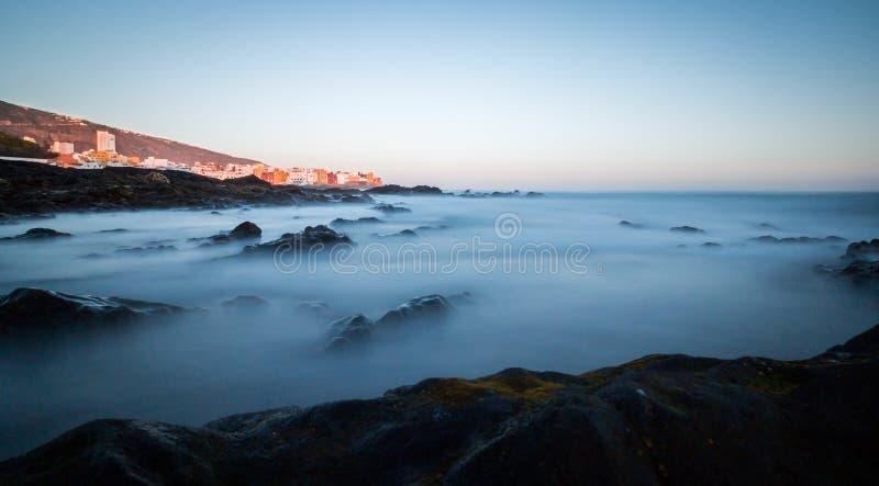 Творческая долгосрочная выдержка с взглядом от пляжа по побережью стоковое изображение rf