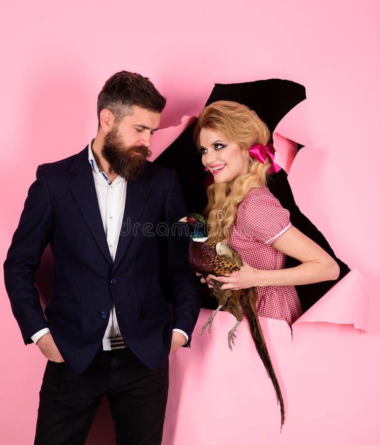 творческая идея Птичий грипп Смешная реклама Сумасшедшие пары на пинке halloween vegetarian винтажные пары с птицой стоковое фото