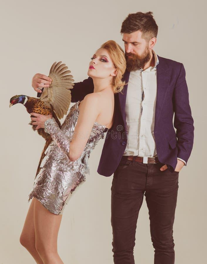творческая идея Птичий грипп Смешная реклама Сумасшедшие пары изолированные на белизне halloween металлическое счастливое владени стоковая фотография rf
