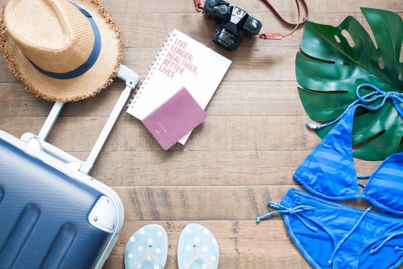 Творческая квартира кладет концепцию летних каникулов с чемоданом, passpor стоковые фото