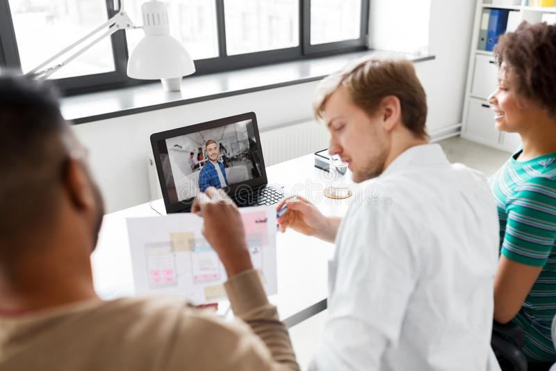 Творческая команда имея видеоконференцию на офисе стоковые изображения