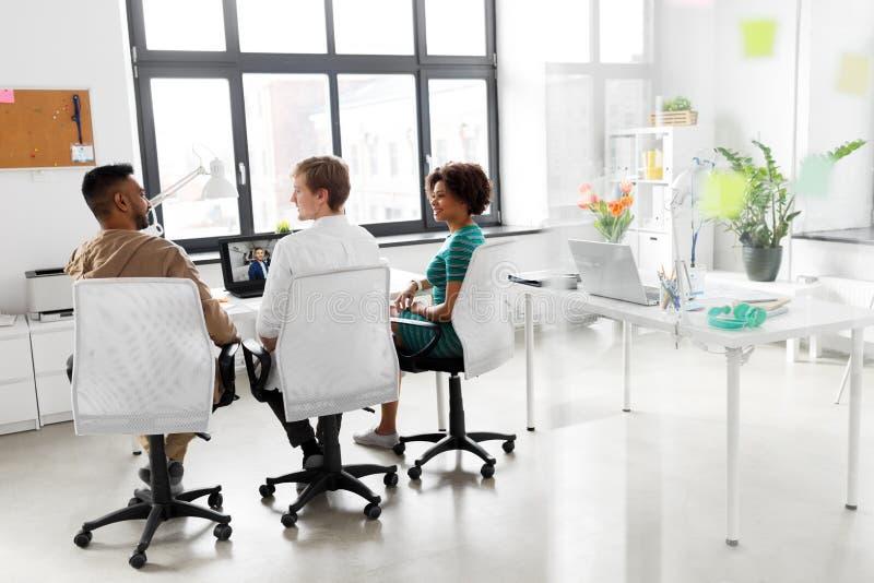 Творческая команда имея видеоконференцию на офисе стоковое изображение