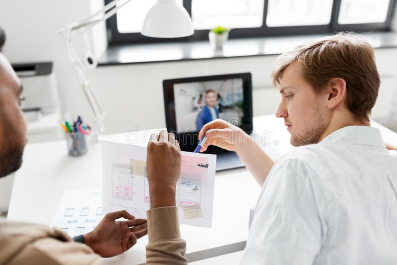 Творческая команда имея видеоконференцию на офисе стоковые фотографии rf