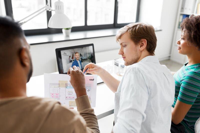 Творческая команда имея видеоконференцию на офисе стоковая фотография rf
