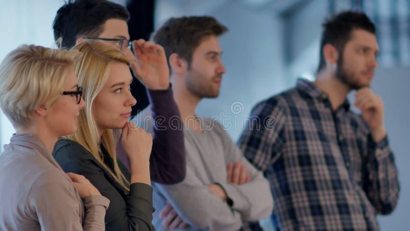 Творческая команда слушающ и выражающ позитивность стоковое изображение rf