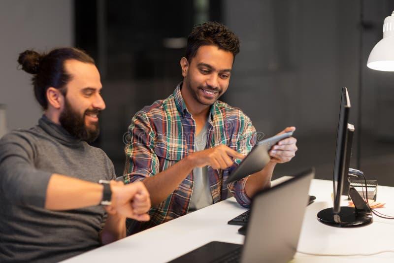 Творческая команда с деятельностью ПК планшета на офисе стоковое фото
