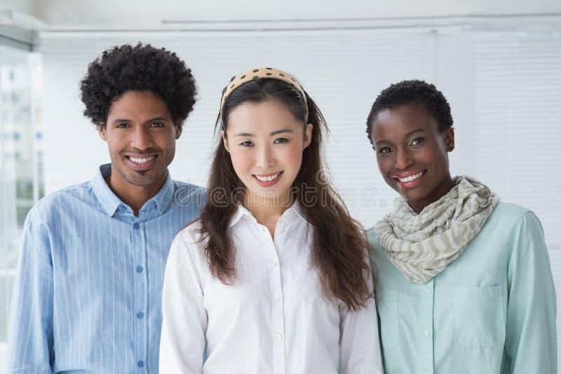 Творческая команда усмехаясь на камере стоковое фото