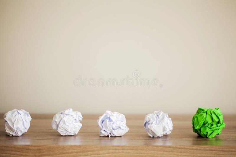 Творческая концепция идеи Воодушевленность, новая идея и концепция нововведения со скомканной бумагой на деревянной предпосылке стоковые изображения rf