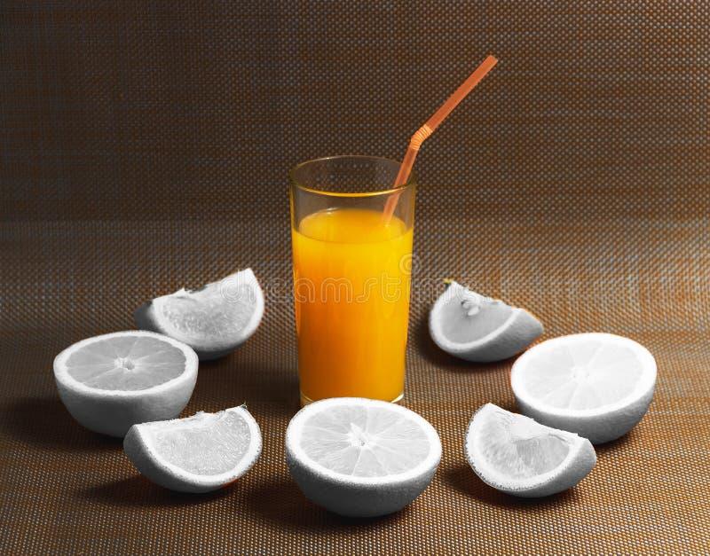 Творческая концепция отрезанного белого напитка апельсина и сока на темной предпосылке Здоровая концепция стоковые изображения
