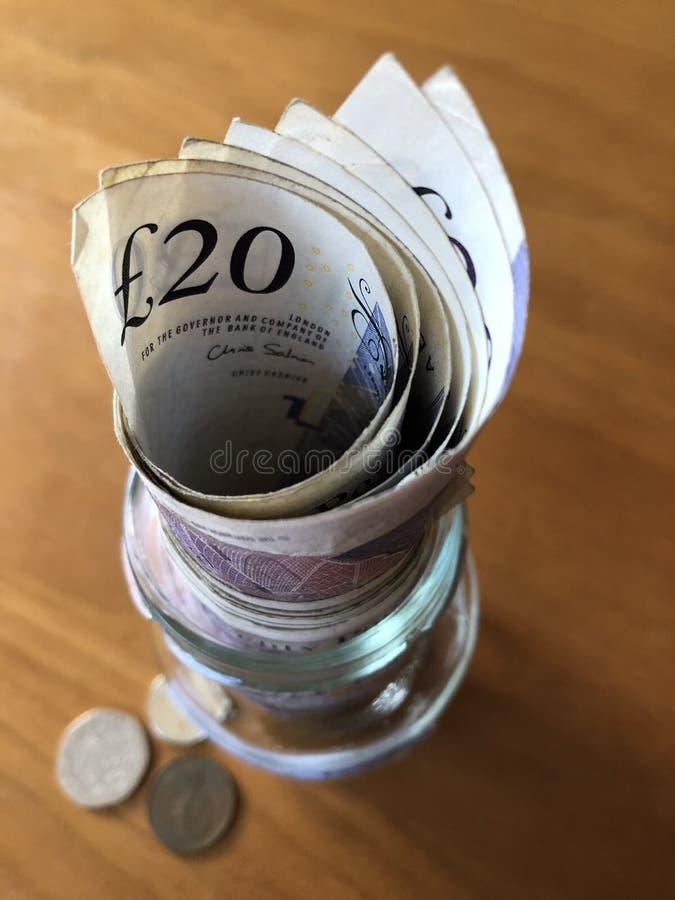 Творческая концепция, сохраняя деньги в опарнике варенья стоковые фотографии rf