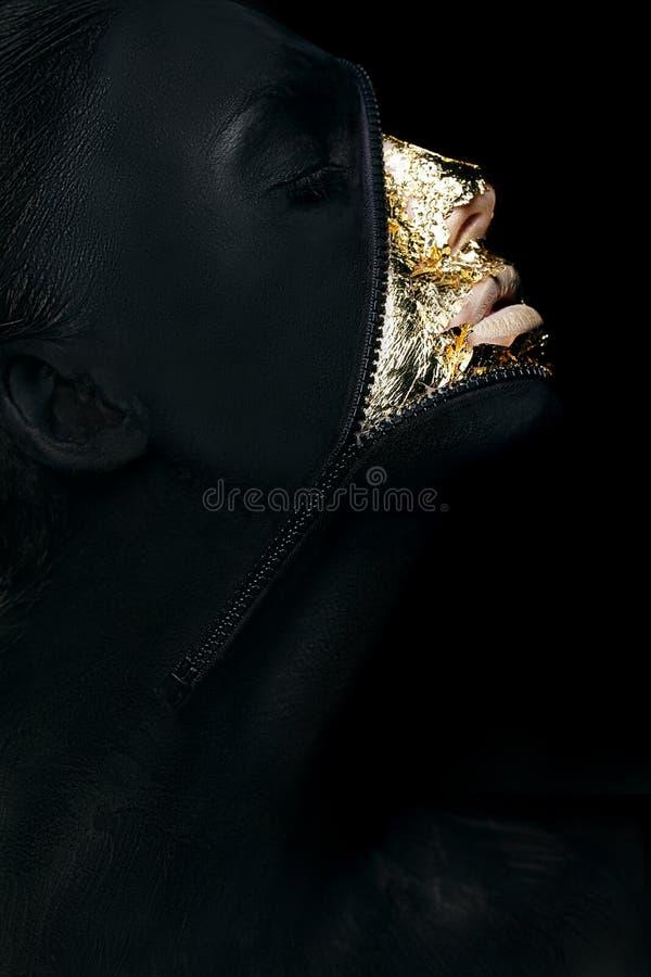 Творческая концепция. Сюрреалистическая причудливая женщина покрасила черноту с крепежной деталью застежка-молнии на ее заморской  стоковое изображение rf
