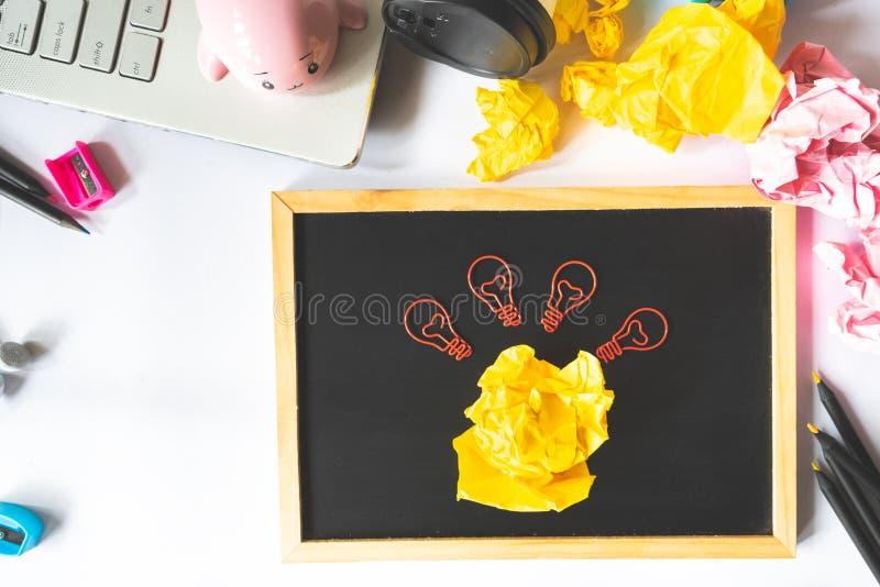 Творческая концепция с скомканными бумажными шариком и электрической лампочкой бумажным c стоковые изображения rf