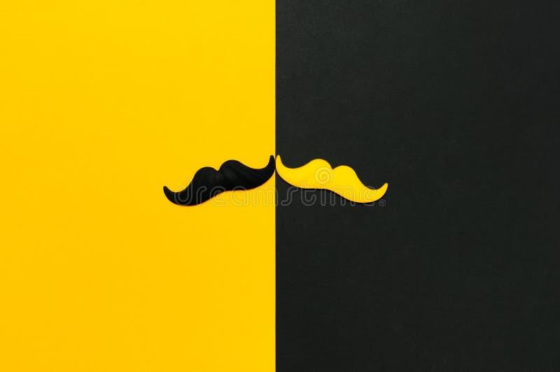 Творческая концепция украшения партии Черный и желтый усик, упорки для будочек фото, партий масленицы на черной желтой предпосылк стоковое изображение rf