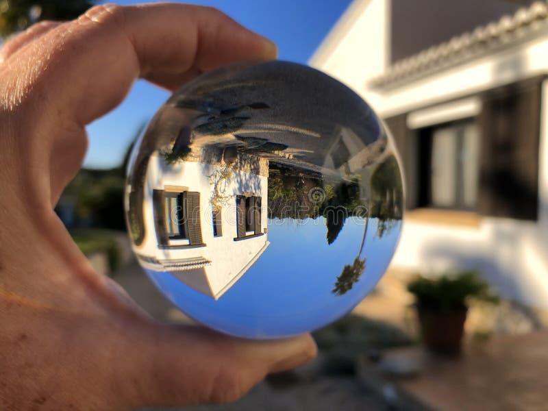Творческая концепция, хрустальный шар и дом мечты стоковые фотографии rf