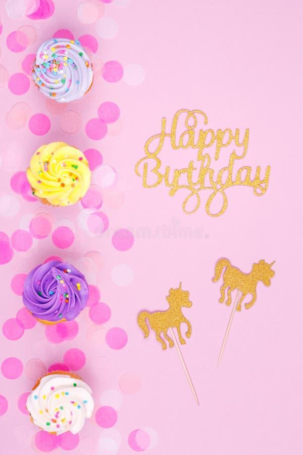 Творческая пастельная карточка праздника фантазии с пирожным, счастливым birthda стоковое фото rf