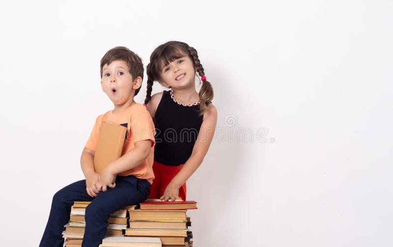 Творческая предпосылка с детьми Предпосылка детей потехи, Яркие и сумасшедшие дети стоковые фото