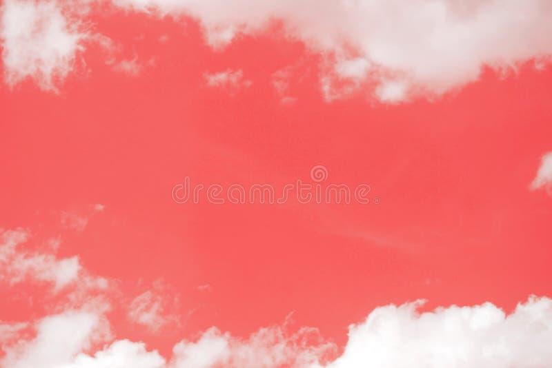 Творческая рамка сделанная из облаков r Цвет коралла года 2019 Небо с пушистыми облаками Предпосылка Тoned абстрактная стоковые фотографии rf