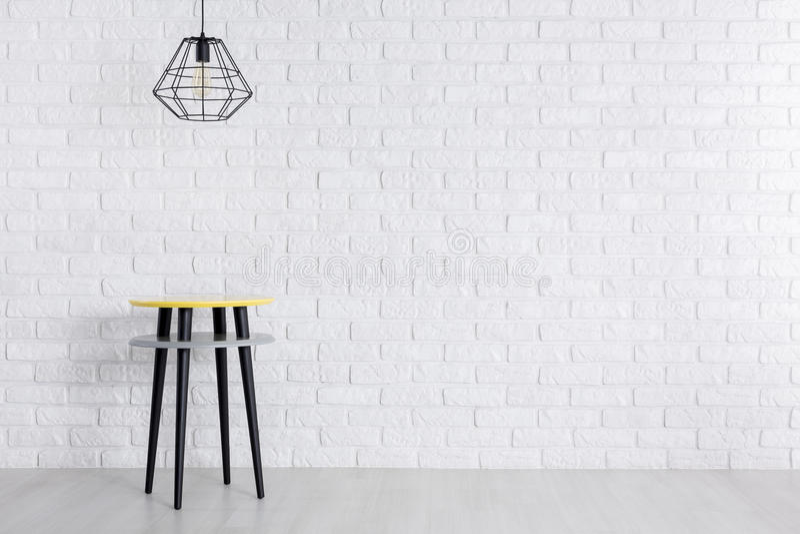 Творческая таблица против кирпичной стены стоковые изображения