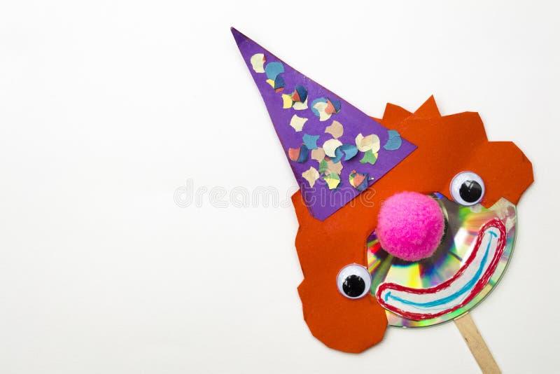Творческая форма клоуна сделанная с компактным диском и paperboard в изолированном whi стоковая фотография rf
