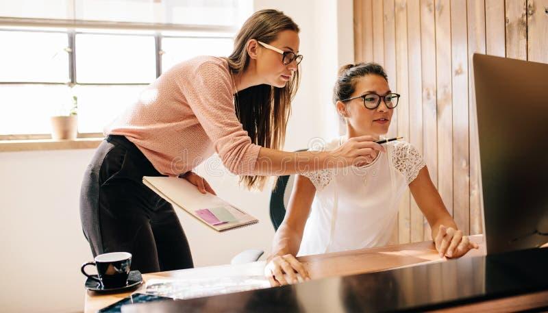 Творческие бизнес-леди работая на компьютере стоковая фотография rf