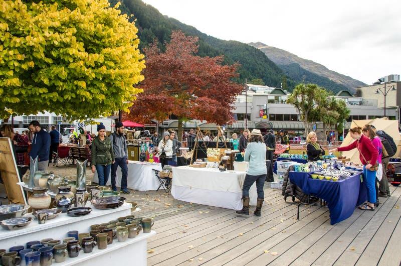 Творческие искусства Queenstown и рынки ремесел которое расположено на фронте озера на парке Earnslaw в Queenstown стоковое изображение