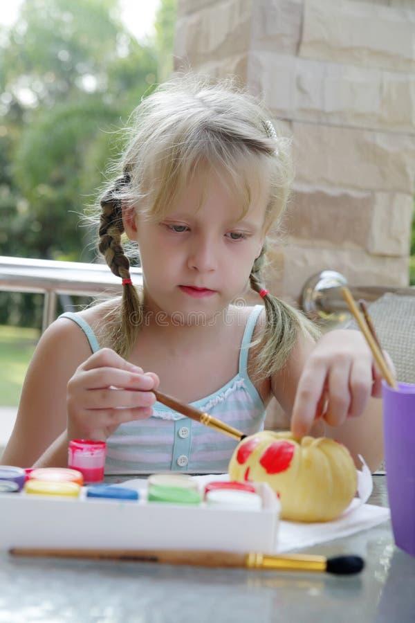 Творческие способности детей - гуашь чертежа на овощах стоковые изображения