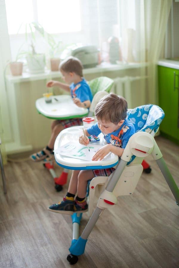 творческие способности принципиальной схемы ребенка щетки альбома жизнерадостные рисуя счастливые инструменты картины серии испол стоковые изображения rf