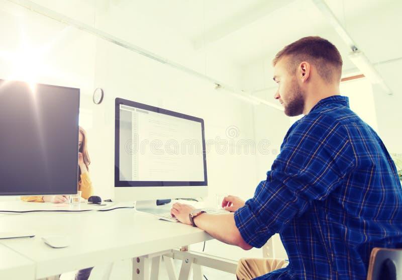 Творческие человек или программист с компьютером на офисе стоковое изображение