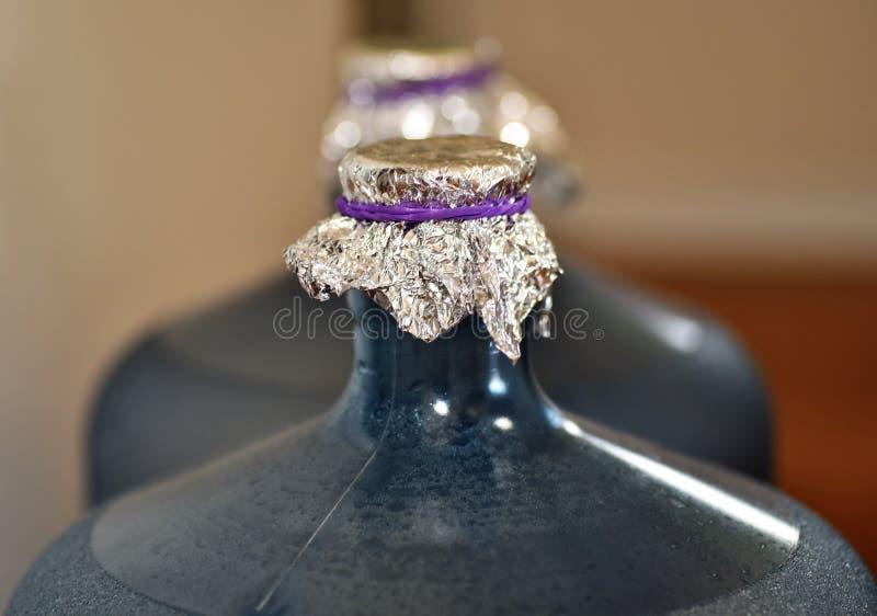 Творческий алюминий решения в оболочке вокруг пластиковой бутылки с водой стоковые фотографии rf