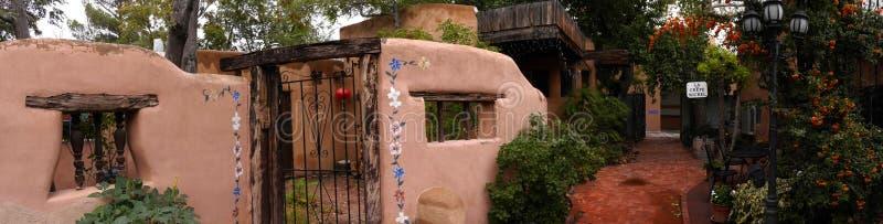 Творческий город Санта-Фе в Неш-Мексико со своим множеством галерей и скульптур и зданий самана стоковые изображения