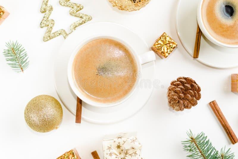 Творческий естественный план украшений рождества с чашками кофе на белой предпосылке o стоковое фото