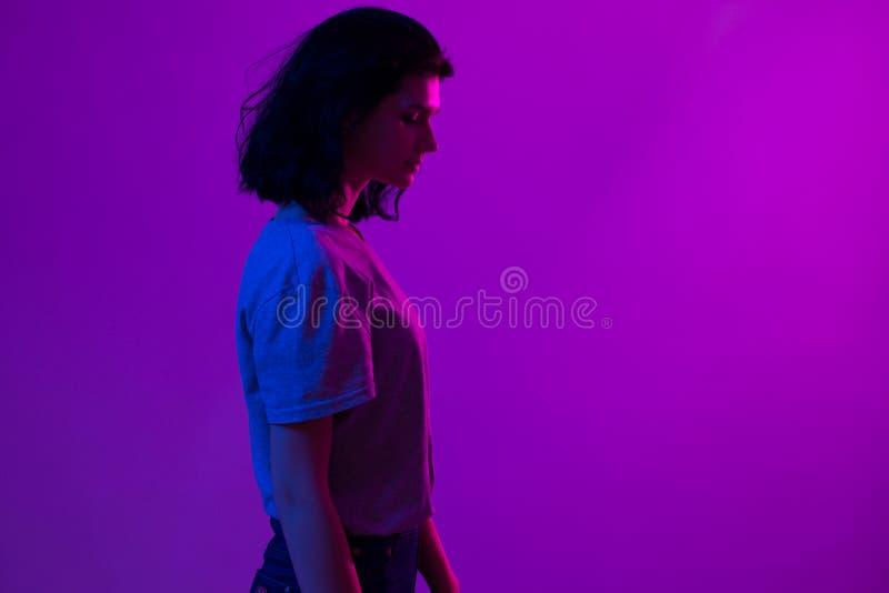 Творческий красочный портрет молодой женщины Ночной клуб, торжество стоковое фото