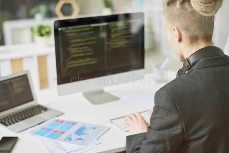 Творческий молодой код сочинительства веб-разработчик стоковое фото