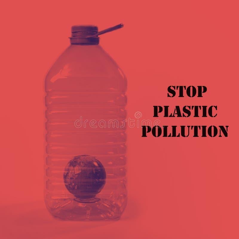 Творческий план на день мировой окружающей среды - остановите пластиковое загрязнение Глобус как символ земли внутри большой плас стоковые изображения rf