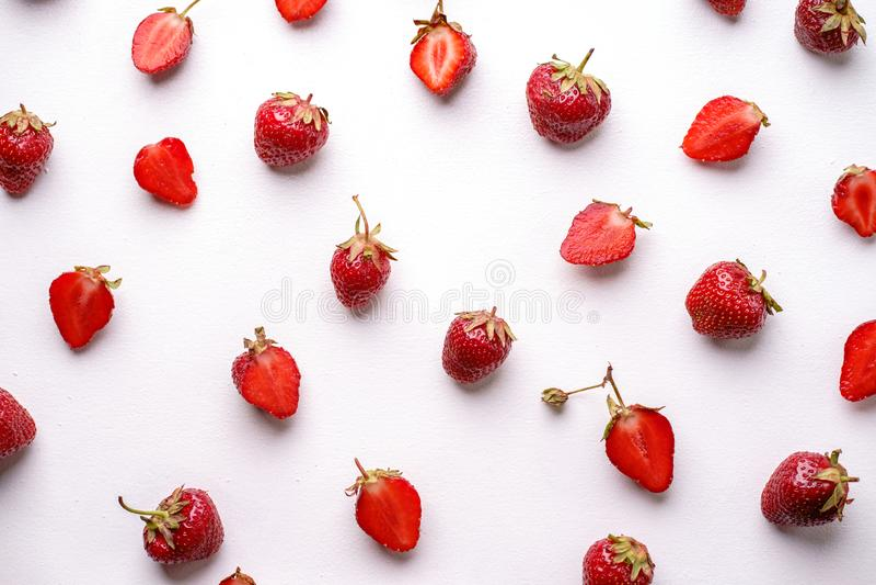 Творческий план ягоды сделанный из клубник стоковые фотографии rf