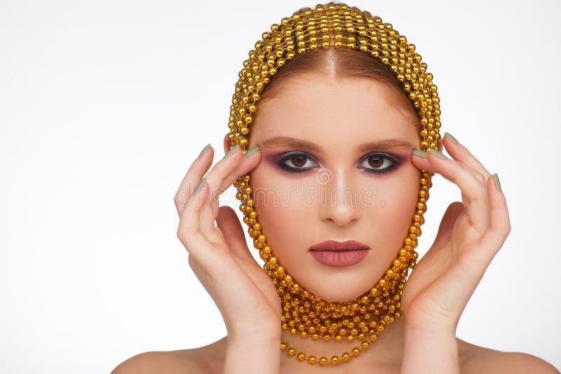 Творческий портрет интересной женщины в необыкновенном стиле используя chaplet r стоковое изображение
