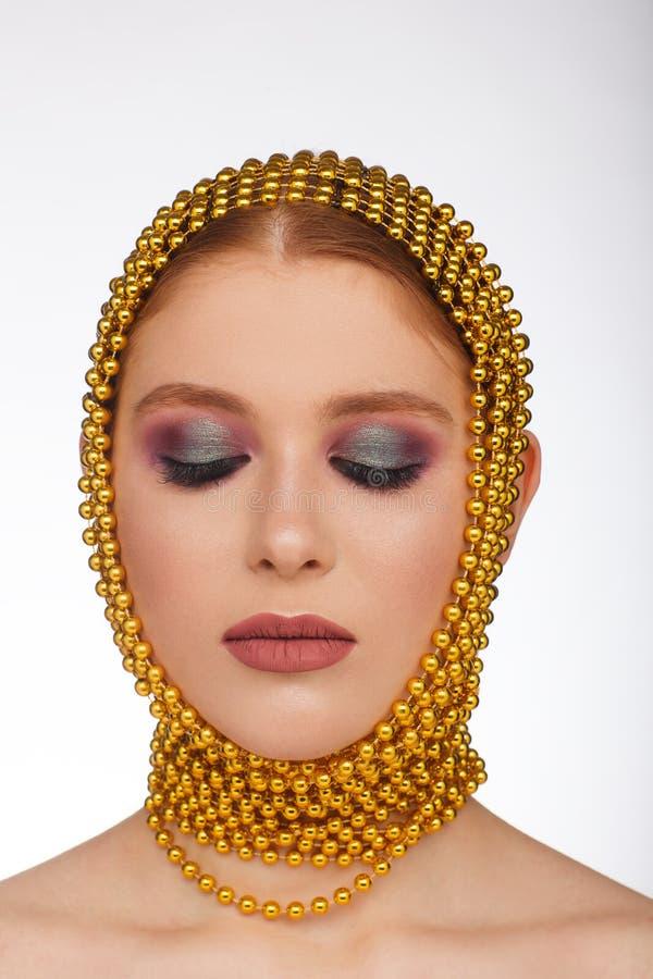 Творческий портрет интересной женщины в необыкновенном стиле используя chaplet r стоковое фото rf