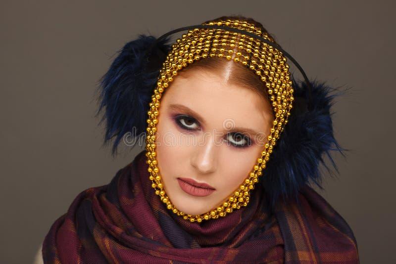 Творческий портрет интересной женщины в необыкновенном стиле используя chaplet r стоковые изображения rf