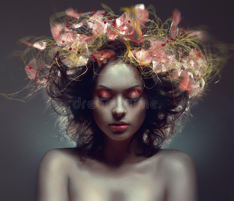 Творческий портрет красотки с розовым wraith стоковые изображения