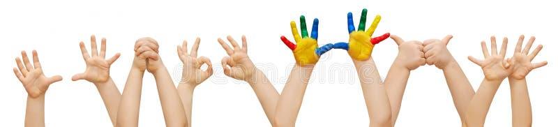 Творческий ребенок в толпе детей стоковые изображения rf