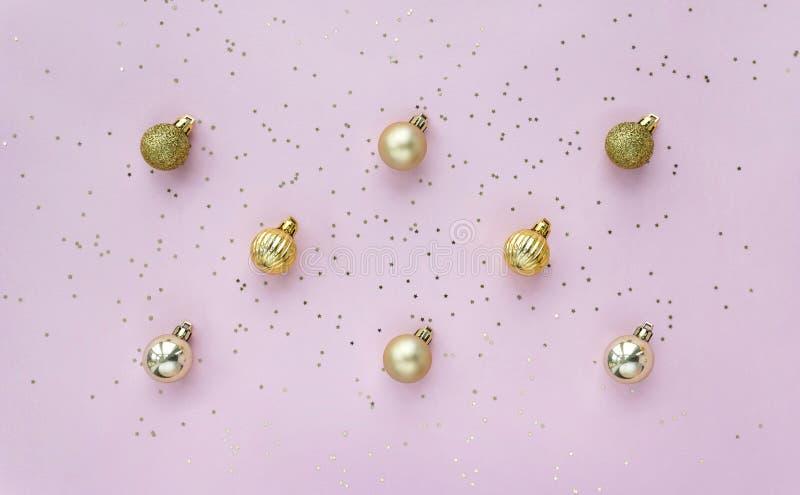 Творческий рисунок с золотыми шариками и звездным конфетти на розовом фоне сверху стоковое изображение rf