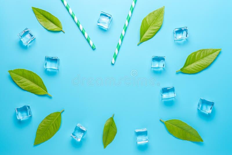 Творческий состав лета с кубами соломы и льда на голубой предпосылке Минимальная концепция напитка стоковая фотография rf