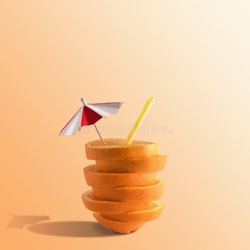 Творческий состав с отрезанными апельсином и соломой на яркой предпосылке Минимальная концепция плода стоковое изображение